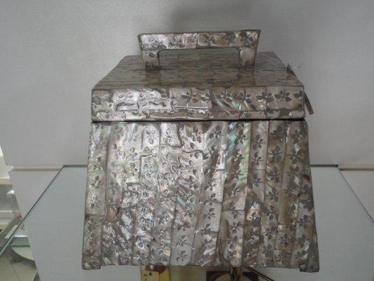 Caixa em madeira laqueada com acabamento madrepérola