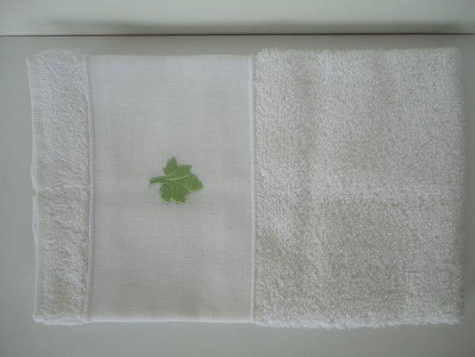Toalha para lavabo felpuda branca com linho branco bordado em FOLHA Verde ODILA