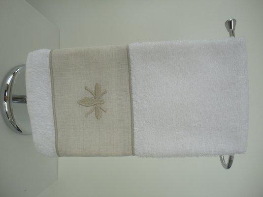 Toalha para lavabo felpuda branca com linho bege bordado em ABELHA Bege ODILA