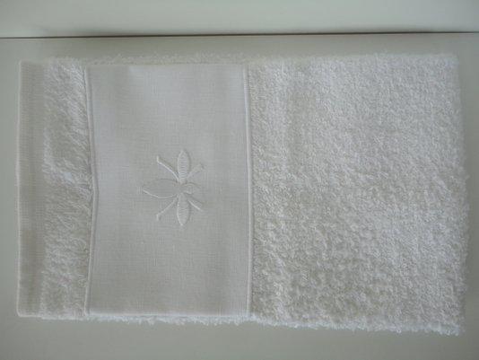 Toalha para lavabo felpuda branca com linho branco bordado em ABELHA Branca ODILA